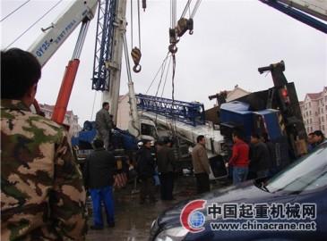 山東東營:吊車鋼絲繩斷裂 駕駛室被壓司機被困