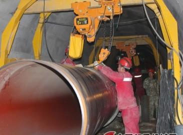 管道三公司自主研发隧道内施工用自移动式龙门吊