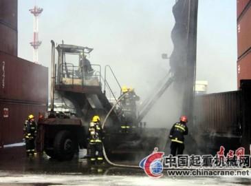 上海浦东外高桥物流园区价值30万美元集装箱吊车被烧毁