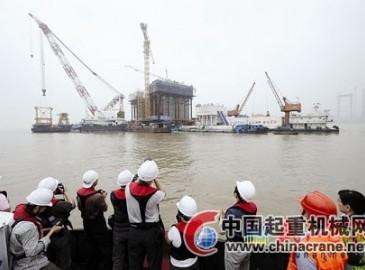 全球最大塔式起重机开始吊装武汉鹦鹉洲长江大桥