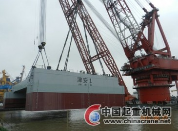 1600吨和1800吨双浮吊整体抬吊 港珠澳大桥管节沉放船成功下水