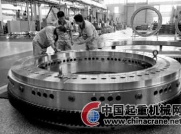 瓦轴集团1000吨汽车吊转盘轴承顺利出产