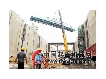 500吨超大型吊车吊装 湘江长沙综合枢纽船闸管线桥安装完成