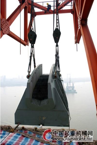 2台卷扬机及滑车组组成起吊系统 鹦鹉洲大桥主索鞍安全吊装