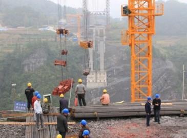 恩黔高速龙桥特大桥:起重机在钢缆上吊重和行走