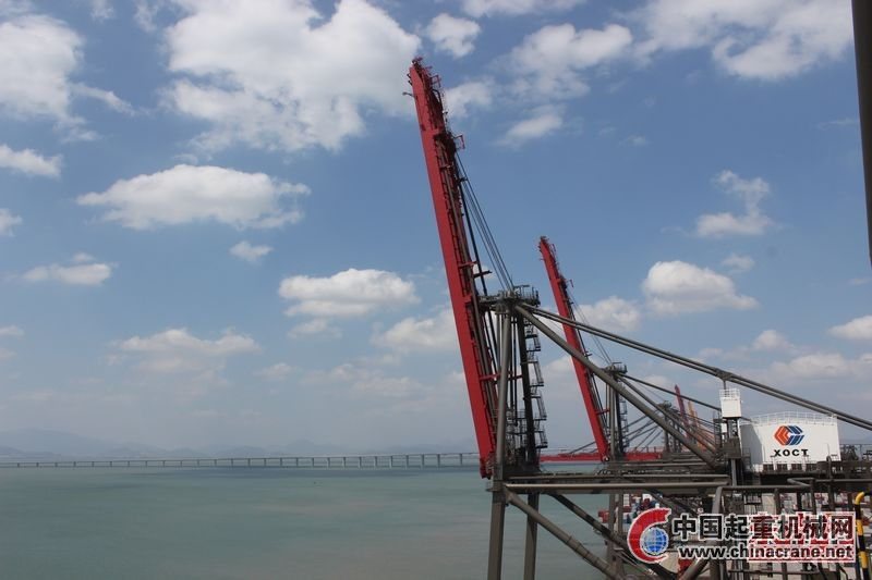 昨日上午,在厦门市海沧区的远海集装箱码头,记者亲身体验了现场检验检测过程。本次检测的重点是码头上的9部岸边集装箱门吊起重机。岸边集装箱门吊起重机俗称桥吊,是码头上用于将集装箱吊起进行装卸作业的起重机。此次检测的桥吊投产于2011年11月,地面到桥吊顶端的总高度达到108米,起重量为65吨重,能够向海面伸出65米远,是目前厦门最大外伸距的桥吊。平均每台桥吊1个小时内可以装卸40个集装箱,一年装卸集装箱总量约为20万个。目前全厦门共有76台相同规格的岸边集装箱门吊起重机。