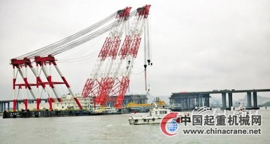 施工现场,深圳海事局派出海巡船现场警戒,保障架梁合拢施工安全进行.