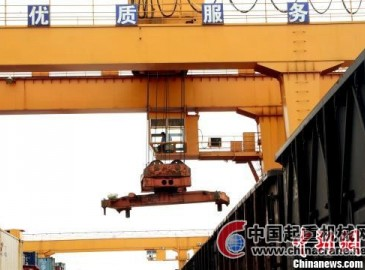 龍門吊助力鐵路車站貨物集裝箱裝載