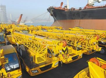 连云港港口码头一批汽车和工程机械等待装船出口