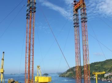 上海振华重工承建新加坡船厂2000吨起重吨位龙门吊成功完成提升拼装