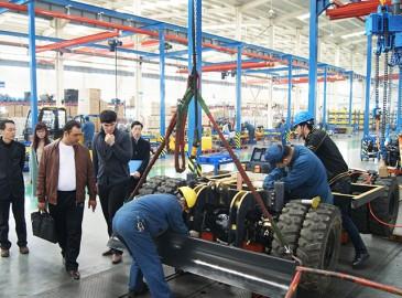 沃尔华集团20台轮式挖掘机装车发运沙特阿拉伯