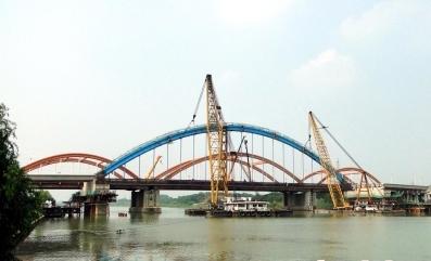 国内内河桥梁最大跨度钢结构主拱吊装成功
