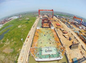 中国首个主动波浪补偿甲板起重机问世