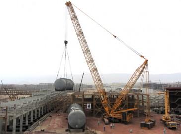 徐工QUY700履带吊助力波斯湾港口项目