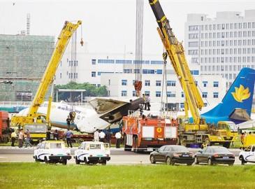 福州机场一飞机冲出跑道 起重机参与救援