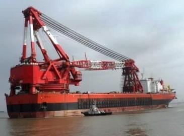 """""""德洲""""輪拖帶全球最大起重工程船前往金海重工基地"""