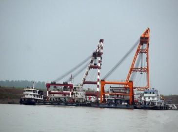 长江客船翻沉:四艘打捞船就位 已具起重能力