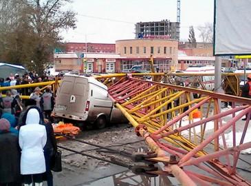俄一起重机翻倒砸中两辆车 致四人死亡