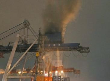 臺灣基隆港東岸9號碼頭一橋式起重機起火悶燒 暫無人員傷亡