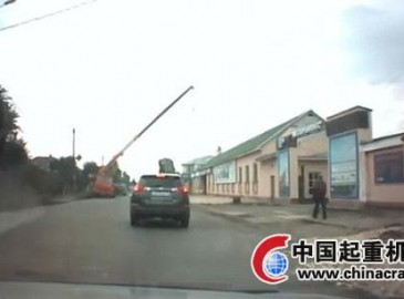 俄羅斯一起重機失衡砸向周圍房屋 幸無傷亡