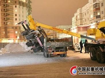 俄罗斯起重机搬运钢筋发生倾翻 钢筋压扁丰田汽车