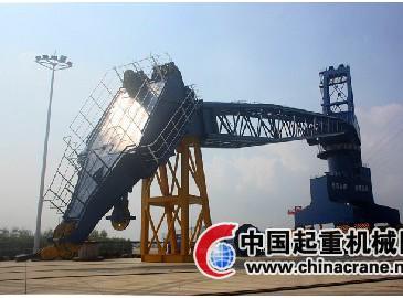 南京港安装长江内河码头最大移动起重吊机