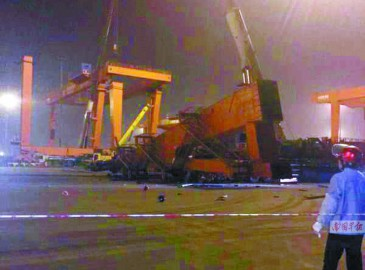 防城港港口区一集装箱龙门吊突然倒塌砸中汽车 致两死两伤