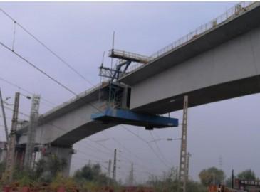 京张铁路新保安高架特大桥墩顶转体和门式墩横梁吊装顺利完成