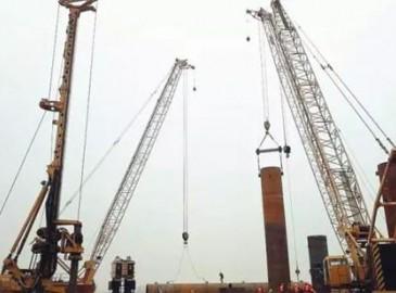 三台徐工XR550D自制底盘旋挖钻机矗立赤壁长江工地