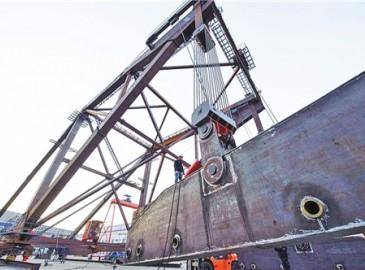 我国首台1000吨以上桥面吊机成功下线