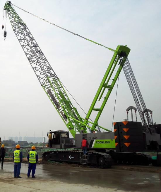 中联重科首台4.0产品ZCC1300履带起重机助建陕西重点项目