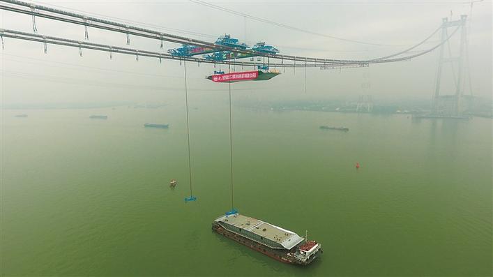 世界最大跨径钢箱梁悬索桥虎门二桥项目主跨首节钢箱梁成功吊