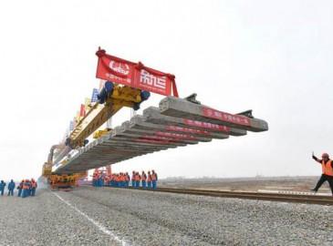 中国最长重载煤运铁路蒙华铁路开始全线铺轨