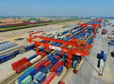 大型龙门吊正在装载发往中亚集装箱