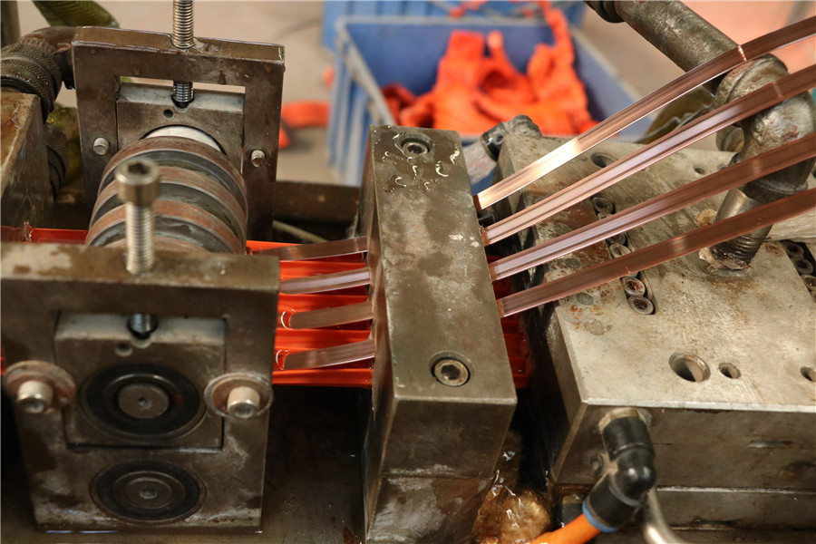 无接缝滑线铜芯嵌入滑线生产过程,台鑫专业生产无接缝滑线流程
