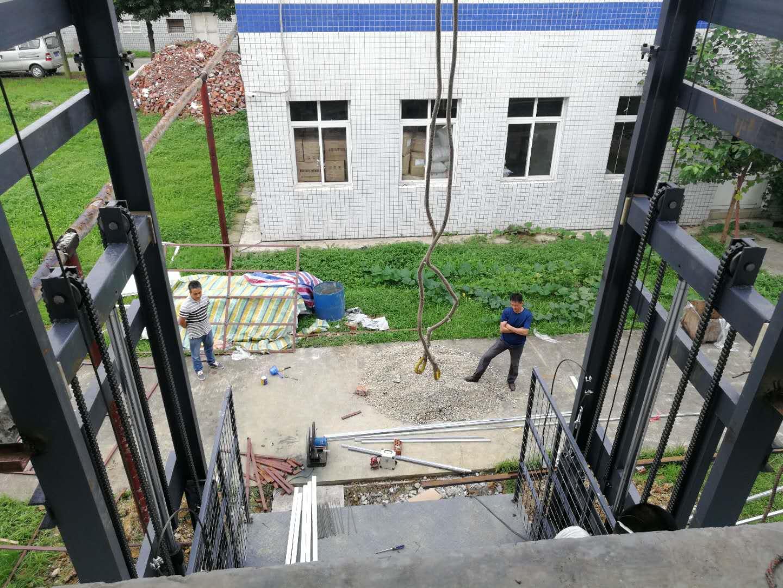一楼到二楼,三楼升降用液压电梯