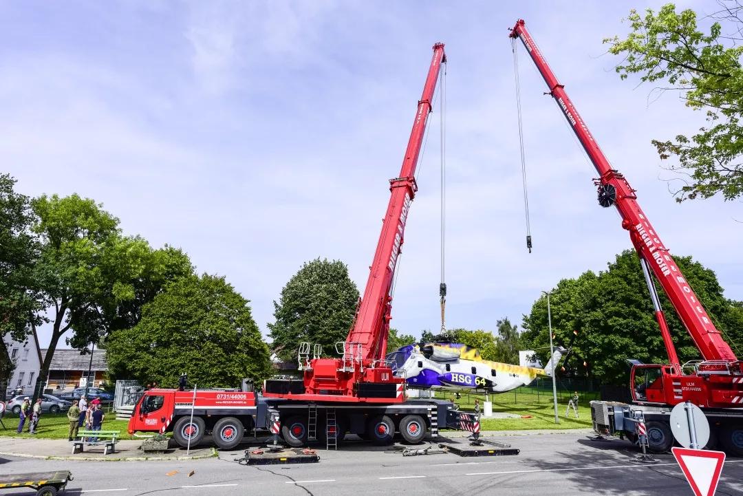 利勃海尔移动式起重机起吊军事历史展品!