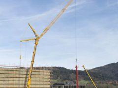 利勃海尔LTM 1350-6.1移动式起重机为高层货架仓库安装堆垛起重机