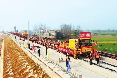 最新消息:郑万铁路河南段铺轨施工正式开始!