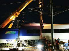 韩国铁道公社派出起重机等设备清理列车脱轨事故现场!
